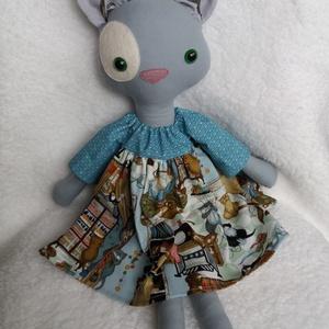 """Ludmilla, a szürke öltöztethető cica textilből, Játék & Gyerek, Cica, Plüssállat & Játékfigura, Ludmilla, az ezüstszürke cicalány különleges """"Macskák a varrószobában"""" mintás amerikai designer pamu..., Meska"""