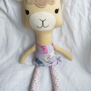 Textil láma figura, Dekoráció, Otthon & lakás, Játék, Gyerek & játék, Plüssállat, rongyjáték, Baba-és bábkészítés, Varrás, Elegáns láma hölgy, csinos pasztellszínű mintás öltözékben.\nKb 50 cm magas. Eredeti Dolls and Daydre..., Meska