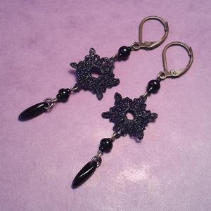 Gótikus horgolt-gyöngyös fülbevaló, Ékszer, Fülbevaló, Csipkekészítés, Horgolás, Ezt a darabot a gótikus, és barokk ékszerek ihlették.\n\nA horgolt részét fekete cérnából készítettem...., Meska