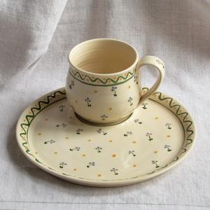 Bögre tányérral , Otthon & Lakás, Konyhafelszerelés, Bögre & Csésze, Kerámia, Fehér agyagból korongozással készítettem az edényeket. A bögre 5 dl-es, a kerek tányér  mérete 24,5..., Meska