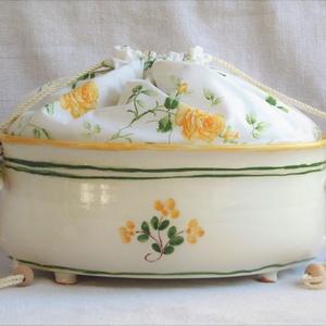Mázas kenyértartó, sárga virágokkal, sárga rózsás kenyérzsákkal, Otthon & lakás, Konyhafelszerelés, Lakberendezés, Kenyértartó, Kaspó, virágtartó, váza, korsó, cserép, Kerámia, Varrás, Az edényt fazekaskorongon készítettem majd ovális formára mintáztam, négy darab kis lábon áll. Kézi ..., Meska