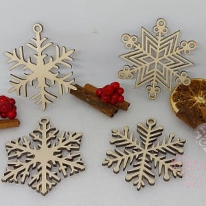 4 db-os hópehelymintás karácsonyfadísz, Otthon & Lakás, Karácsony & Mikulás, Karácsonyfadísz, Famegmunkálás, Gravírozás, pirográfia, 4 db karácsonyfadísz egyben egy csomagban natúr fából.\nMéretük: Kb 7 cm, Meska