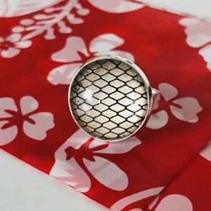 Háló - Üveglencsés gyűrű, Ékszer, Gyűrű, Üveglencsés gyűrű, Ékszerkészítés, Antik ezüst színű, állítható üveglencsés gyűrű, hálós motívummal díszítve. Kellemes, arany színű ala..., Meska
