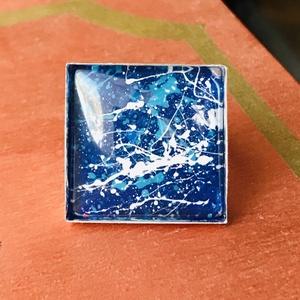 Absztrakt - Üveglencsés gyűrű, Ékszer, Gyűrű, Üveglencsés gyűrű, Ékszerkészítés, 2,5x2,5 cm-es antik ezüst színű, üveglencsés, állítható gyűrű akril festékkel díszítve. ..., Meska