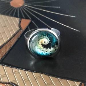 Fraktál, Ékszer, Gyűrű, Üveglencsés gyűrű, Ékszerkészítés, Nemesacél alapú üveglencsés gyűrű. Különleges fraktál mintával, ami mintha magával ragadná az embert..., Meska