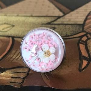 Virágom, Ékszer, Gyűrű, Kerek gyűrű, Ékszerkészítés, Különleges, gyantába foglalt fehér és rózsaszín virágos gyűrű, fehér háttérrel. Így a virágos rét ve..., Meska