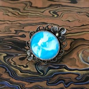 Blue - Virág, Ékszer, Gyűrű, Üveglencsés gyűrű, Ékszerkészítés, Bronz színű virágos, üveglencsés gyűrű mely fluid festési technika segítségével lett díszítve, finom..., Meska