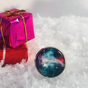 Galaxis, Ékszer, Gyűrű, Üveglencsés gyűrű, Ékszerkészítés, Antik ezüst színű üveglencsés gyűrű, galaxis mintával díszítve.\n\nÜveglencse átmérője2 cm\nGyűrű mére..., Meska