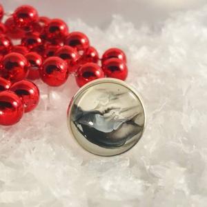 Mono, Ékszer, Gyűrű, Üveglencsés gyűrű, Ékszerkészítés, Antik ezüst színű üveglencsés gyűrű fluid festéssel díszítve fekete-fehér árnyalatokkal.\n\nÜveglencse..., Meska