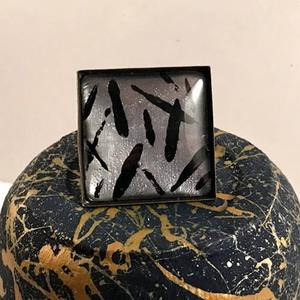 Ezüst Marokkó, Ékszer, Gyűrű, Üveglencsés gyűrű, Ékszerkészítés, Érdekes textúrájú és mintázatú, négyzet alakú üveglencsés gyűrű. Az alapja bronz színű, a festés szí..., Meska
