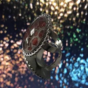 Foltos szépség, Ékszer, Gyűrű, Üveglencsés gyűrű, Ékszerkészítés, Ez a különleges ovális, csavart mintás gyűrű fluid festési technikával lett díszítve. Narancs, piros..., Meska