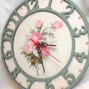 Vintage rózsás óra, Ékszer, Lakberendezés, Otthon & lakás, Falióra, óra, Decoupage, transzfer és szalvétatechnika, Mindenmás, Fa alapanyagra készült, néma szerkezetű óra. A virág decoupage technikával van rádolgozva, amit rózs..., Meska