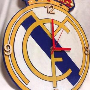Real Madridos falióra, Ékszer, Lakberendezés, Otthon & lakás, Falióra, óra, Festészet, Mindenmás, Fa, egyedi formájú alapanyagra, kézzel festett Real Madris logo-s falióra focirajongóknak, néma óras..., Meska