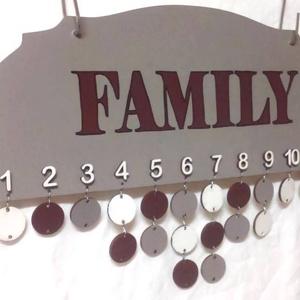 Szülinapot jelző fali táblácska, Dekoráció, Otthon & lakás, Egyéb, Lakberendezés, Festészet, Mindenmás, Fa lapra készült szülinapi tábla, ami hónapra lebontva mutatja az ünnepelteket. A kis körökre lehet ..., Meska
