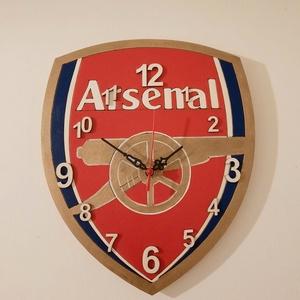 Arsenal falióra, Falióra & óra, Dekoráció, Otthon & Lakás, Mindenmás, Fa, egyedi formájú alapanyagra, kézzel festett Arsenal-os falióra focirajongóknak, néma óraszerkezet..., Meska