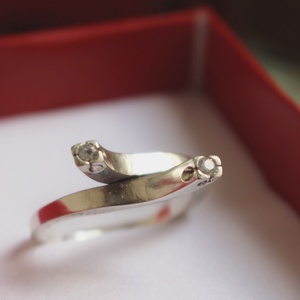 925 Ezüst design gyűrű cirkóniumokkal, Többköves gyűrű, Gyűrű, Ékszer, Ékszerkészítés, Fémmegmunkálás, A gyűrűt 3mm-es szögletes 925-ös ezüstdrótból készítettem. Tömege 5,2 gramm. Ennek a gyűrűnek a mére..., Meska