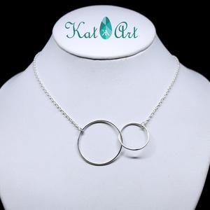 Dupla karika - ezüst nyaklánc, Medál nélküli nyaklánc, Nyaklánc, Ékszer, Ékszerkészítés, Ötvös, Ez a nyaklánc 45 cm hosszú és 3,5 g tömegű. Két ezüst karika összefonódása a minta.\n\nA karikák a lán..., Meska