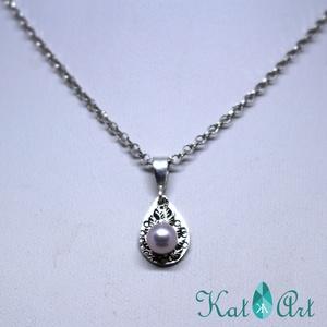 Levélmintás ezüst medál, lila gyönggyel, Ékszer, Medál, Ékszerkészítés, Ötvös, Ezüst medál, amely 1,5 g sterling ezüstöt tartalmaz. A felülete kalapálással levélmintával díszített..., Meska
