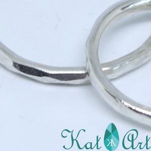 Fazettált ezüst karikagyűrűk, Karikagyűrű, Ékszer, Esküvő, Ékszerkészítés, Ötvös, Ezüst karikagyűrűket készítettem, amelynek dísze, hogy ékkő formájára lett az ezüst kalapálva.\n\nA gy..., Meska