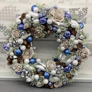 Jégvarázs - ajtódísz, kopogtató, dekoráció, Otthon & lakás, Lakberendezés, Dekoráció, Ajtódísz, kopogtató, Ünnepi dekoráció, Karácsony, Karácsonyi dekoráció, Virágkötés, Egyedi, kézzel készített ajtódísz termésekkel és karácsonyi gömböcskékkel.\nSelyemszalaggal bevont Po..., Meska