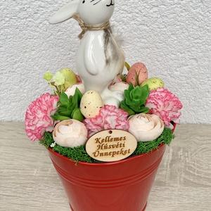 Büszke húsvéti nyuszi - asztaldísz, dekoráció, Otthon & lakás, Lakberendezés, Dekoráció, Asztaldísz, Kaspó, virágtartó, váza, korsó, cserép, Ünnepi dekoráció, Húsvéti díszek, Virágkötés, Egyedi, kézzel készített asztaldísz cuki nyuszival, húsvéti tojásokkal és selyemvirágokkal.\nMinőségi..., Meska