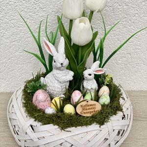 Nyúlanyó, kicsinye és az élethű tulipánokkal - asztaldísz, dekoráció, Otthon & lakás, Lakberendezés, Dekoráció, Asztaldísz, Kaspó, virágtartó, váza, korsó, cserép, Ünnepi dekoráció, Húsvéti díszek, Virágkötés, Egyedi, kézzel készített asztaldísz cuki nyuszikkal, húsvéti tojásokkal és élethű tulipánokkal.\nMinő..., Meska