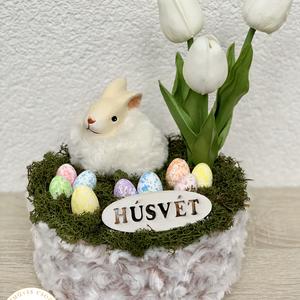 Szőrmés nyuszi szőrmés kaspóban - asztaldísz, dekoráció, Otthon & lakás, Lakberendezés, Dekoráció, Asztaldísz, Kaspó, virágtartó, váza, korsó, cserép, Ünnepi dekoráció, Húsvéti díszek, Virágkötés, Egyedi, kézzel készített asztaldísz cuki nyuszival, húsvéti tojásokkal és élethű tulipánokkal.\nMinős..., Meska