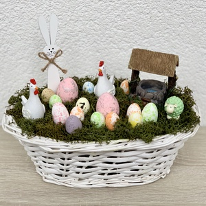 Tyúkudvar húsvéti dekoráció - asztaldísz, dekoráció, Otthon & lakás, Lakberendezés, Dekoráció, Asztaldísz, Kaspó, virágtartó, váza, korsó, cserép, Ünnepi dekoráció, Húsvéti díszek, Virágkötés, Egyedi, kézzel készített asztaldísz cuki nyuszival, tyúkokkal, barival és húsvéti tojásokkal.\nMinősé..., Meska