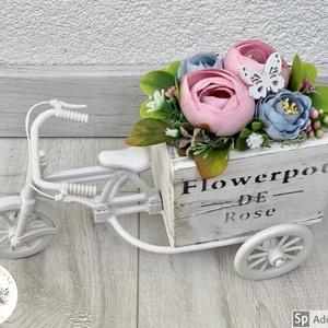 Biciklis szépi - asztaldísz, dekoráció, Otthon & lakás, Lakberendezés, Dekoráció, Asztaldísz, Kaspó, virágtartó, váza, korsó, cserép, Virágkötés, Egyedi, kézzel készített selyemvirágos asztaldísz. Selyem boglárkák és angol rózsák díszítik.\nMinősé..., Meska