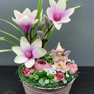 Magnóliák és a virágtündér - asztaldísz, dekoráció, Asztaldísz, Dekoráció, Otthon & Lakás, Virágkötés, Méretei: 30x15 cm\nAlap: bádog kaspó\n\nAjándékként küldd egyenesen a címzettnek,  ha kísérő szöveget i..., Meska