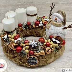 Cuki hóember pihe-puha barna szőrmés alapon - ajtódísz, kopogtató, dekoráció, asztaldísz, adventi, Otthon & Lakás, Karácsony & Mikulás, Karácsonyi dekoráció, Virágkötés, Szőrmével bevont Szalma alapra készült a termék. \nMinőségi alapanyagok felhasználásával készül ez a ..., Meska