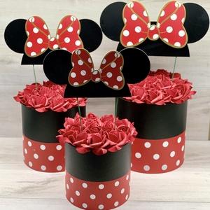 Mickey rózsabox - ajándék, dekoráció, Otthon & Lakás, Dekoráció, Csokor & Virágdísz, Virágkötés, Habrózsából (polifoam vagy örök rózsa) készül.\n3 méretben elérhető, mindből 1-1 db van:\n17x18 cm + f..., Meska