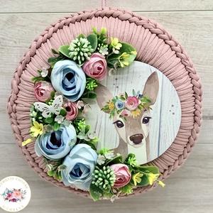 Bambi horgolt kopogtató - ajtódísz, dekoráció, Otthon & Lakás, Dekoráció, Ajtódísz & Kopogtató, Virágkötés, Gyönyörű szép horgolt alapra készített kopogtató.\nAz ajtódísz átmérője: kb. 23-24 cm.\n\nAjándékként k..., Meska