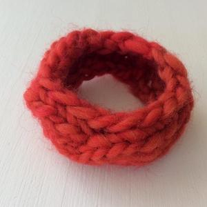 Színátmenetes, gyapjú, fonott kötésű karkötő, piros, bordó fonalból - nőknek vagy lányoknak., Ékszer, Karkötő, Széles karkötő, Gyapjúfonalból kötöttem ezt a színátmenetes karkötőt, piros és (kevés) bordó színekben - fonott mint..., Meska