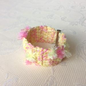 Egyedi horgolt széles karkötő. Vidám sárga és rózsaszín színekben, pomponos - elegáns, hippie - nőknek és lányoknak. - Meska.hu