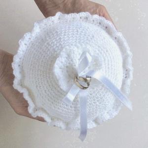 Egyedi horgolt hófehér gyűrűpárna esküvőre a fiatal párnak - jeggyűrűk számára, menyasszony, vőlegény, Gyűrűtartó & Gyűrűpárna, Kiegészítők, Esküvő, Kötés, Horgolás, Hófehér fonalból horgoltam ezt az egyedi, ünnepélyes gyűrűpárnát a fiatal pár legszebb napjára.  A t..., Meska