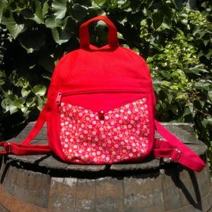 Piros vászon kis hátizsák, Táska, Divat & Szépség, Gyerek & játék, Táska, Hátizsák, Válltáska, oldaltáska, Ez a kicsi hátizsák piros vászonból készült az elején pedig díszítésként piros és fehér apró virágos..., Meska