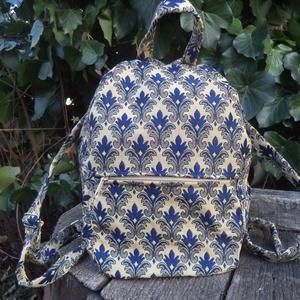 Kék virágos gobelin kis hátizsák, Táska, Divat & Szépség, Táska, Hátizsák, Válltáska, oldaltáska, Ez a kicsi hátizsák bézs alapon kék francia liliomos gobelinből a hátoldala pedig kék vászonból kész..., Meska