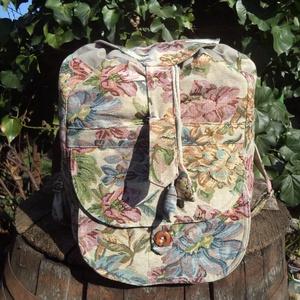 Gobelin hátizsák, Táska, Divat & Szépség, Táska, Hátizsák, Válltáska, oldaltáska, Ez a hátizsák virágos gobelin anyagból a hátulján pedig natúr színű vászonból készült. A tetején zsi..., Meska