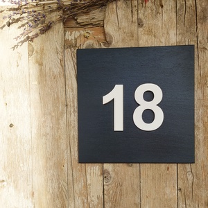 Házszámtábla antracit, Házszám, Ház & Kert, Otthon & Lakás, Festett tárgyak, 20*20 cm-es rétegelt fa tábla van antracit festékkel festve és lakkozva. A számok 8 cm nagyságúak sz..., Meska