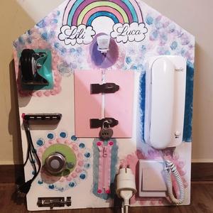 Matatófal, készségfejlesztő játék, Játék & Gyerek, Készségfejlesztő & Logikai játék, Festett tárgyak, 45*60 cm-es házikó alakú rétegelt lemez. Fehér alapon vidám színes festéssel. A gyerekek számára a l..., Meska