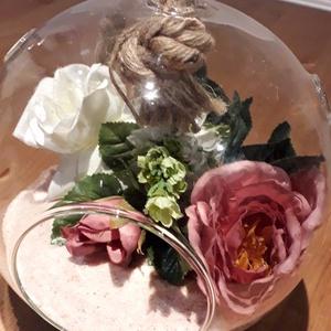 Hangulatos nagyméretű üveggömb virágokkal, Otthon & Lakás, Dekoráció, Díszüveg, Üvegművészet, Virágkötés, Otthonod különleges dísze lehet ez az egyedi, élethű virágokkal díszített nagyméretű üveggömb. A göm..., Meska