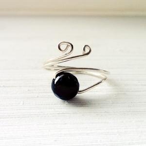 Védelmező ónix gyűrű, Fonódó gyűrű, Gyűrű, Ékszer, Ékszerkészítés, Védelmező gyűrű ónixból. Védelmez, óv, biztonságot nyújt. Távol tartja a negatív energiákat, erősíti..., Meska