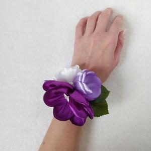 Lila koszorúslány vagy tanú csuklódísz, Esküvő, Ékszer, Karkötő & Csuklódísz, Mindenmás, Kézzel készített virágokból áll ez a koszorúslányoknak vagy tanúnak való csuklódísz.  A legnagyobb v..., Meska