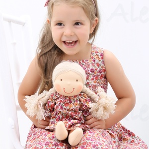 Waldorf baba és azonos anyagból készült kislány ruha, Táska, Divat & Szépség, Gyerekruha, Ruha, divat, Gyerek & játék, Baba-és bábkészítés, Varrás, Baba- kislány ruha páros.\n\nA baba:\nTermészetes alapanyagokból készült kb. 36 cm magas Waldorf jelleg..., Meska