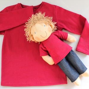 Waldorf fiú baba és azonos anyagból készült kisfiú póló- bordó, Játék, Gyerek & játék, Baba, babaház, Táska, Divat & Szépség, Gyerekruha, Ruha, divat, Baba-és bábkészítés, Varrás, A baba:\nTermészetes alapanyagokból készült kb. 36 cm magas Waldorf jellegű baba. Rugalmas pamut a te..., Meska