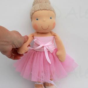 Balerina Waldorf baba rózsaszín tütüben- 30 cm, Gyerek & játék, Játék, Baba, babaház, Baba-és bábkészítés, Varrás, Kb. 30 cm magas Waldorf jellegű baba. Rugalmas pamut a teste, gyapjúval töltve. Tüllből, passzéból b..., Meska