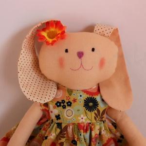 Nyuszi kislány- narancs virágos, Játék, Gyerek & játék, Baba, babaház, Plüssállat, rongyjáték, Baba-és bábkészítés, Varrás, Kb. 30 cm magas pamutvászonból varrt nyuszikislány. Műszállal töltött, kézzel mosható. Ruhája levehe..., Meska