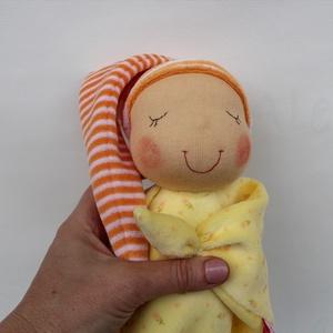 Rongyi Waldorf baba- sárga, Ember, Plüssállat & Játékfigura, Játék & Gyerek, Baba-és bábkészítés, Varrás, Puha plüss Waldorf baba a legkisebbeknek. Feje műszálból kézült. Magassága kb. 27 cm, plusz a sapi. ..., Meska