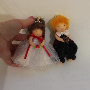Menyasszony- vőlegény apró baba páros, Esküvő, Helyszíni dekor, Dekoráció, Kb. 12 cm magas menyasszony- vőlegény felakasztható baba pár dekorációs célra. Lehet köszönőajándék ..., Meska